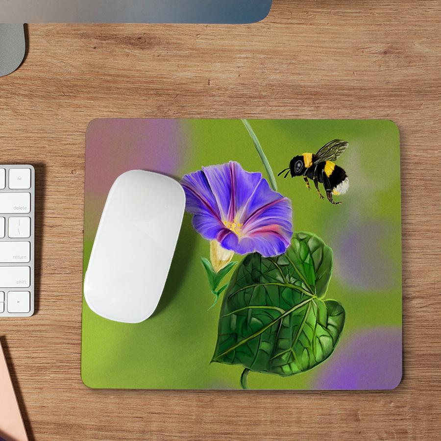 스마트 스토어에서 구입가능한 상품입니다. 나팔꽃 주변에서 윙윙거리는 꿀벌, 낑이 (마우스패드)
